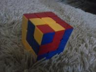 quebra-cabeça tridimensional com peças interligadas.