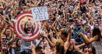 Quero bolo! Frase usada em placas pelos fãs nos shows do DJ Steve Aoki.