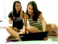 dupla uasando o laptop